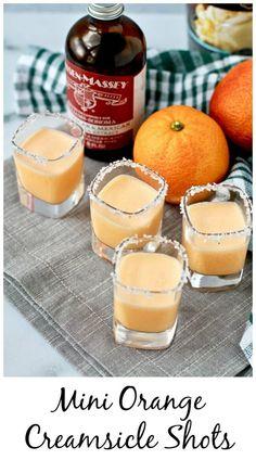 Mini Orange Creamsicle Cocktails Mini Orange Creamsicle Shots, an iconic dessert turned into a seriously tasty tiny cocktail. Orange Creamsicle, Creamsicle Drink, Cocktail Shots, Cocktail Recipes, Cocktail Food, Pina Colada, Liquor Drinks, Alcoholic Drinks, Glace Fruit