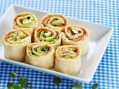 Pinwheel Mini Sandwiches – We've put a new spin on a party sandwich recipe. Roll up your meat and cheese faves for party-perfect pinwheels that are as much fun to make as they are to eat. For more rin (Finger Sandwich Recipes) Kraft Foods, Kraft Recipes, Tee Sandwiches, Appetizer Sandwiches, Appetizer Recipes, Sandwiches For Parties, Pinwheel Sandwich Recipes, Pinwheel Sandwiches, Comida Baby Shower
