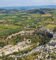 C'est à Bozouls que se trouve l'une des plus belles curiosités naturelles de l'Aveyron : le trou de Bozouls. Ce canyon, dû à l'érosion de la rivière Dourdou sur les calcaires du causse, forme un à pic vertigineux d'une centaine de mètres, inscrit dans un fer à cheval de 400 mètres.La légende dit que c'est le diable qui creusa cette falaise pour faire s'effondrer une église.