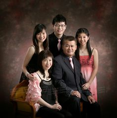 Royal Family Portrait, Family Portrait Poses, Family Picture Poses, Family Posing, Portrait Ideas, Family Photo Studio, Studio Family Portraits, Family Photos What To Wear, Large Family Photos