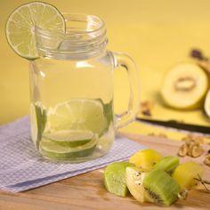Une eau infusée au citron vert et des brochettes de kiwis pour une detox des plus healthy Kiwi, Mason Jars, Mugs, Tableware, Green, Skewers, Key Lime, Water, Dinnerware