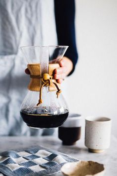 How to make yourself a cup of slow and fair coffee Chemex Coffee, Espresso Coffee, Coffee Cafe, Best Coffee, Coffee Shop, Coffee Lovers, Iced Coffee, Cheap Coffee Maker, Coffee Facts