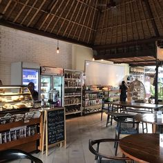 Bei Sayuri lässt es sich gemütlich chillen, arbeiten und einfach geniessen. Mit so viel Liebe wird selten gekocht. Laksa, Tempeh, Ubud, Roh Vegan, Savoury Dishes, Vegan Lifestyle, Food Styling, Liquor Cabinet, Bali