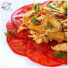 Este pollo desmechado sobre cama de tomates es una receta buenísima.