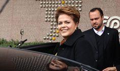 """Brasil, S""""o Paulo, SP. 06/08/2010. A ent""""o candidata a presidÍncia da Rep˙blica, Dilma Rousseff, deixando a sede da ABRINQ apÛs assinar termo de compromisso do projeto Presidente Amigo da CrianÁa. ¿ esquerda, seu assessor especial Anderson Dorneles Braga. - CrÈdito:EPIT¡CIO PESSOA/ESTAD√O CONTE⁄DO/AE/Codigo imagem:107609"""