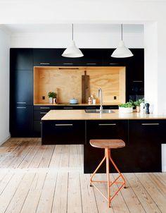 bonne idée / le fond en bois tout encadré de la cuisine noir mat