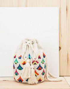 Bolso pouch detalle multicolor. Descubre ésta y muchas otras prendas en Bershka con nuevos productos cada semana