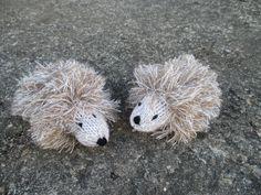 Hérissons en laine tricotés au point mousse et point de jersey.