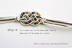 Bracelet tutorial for the new year: Feliz! Wire Tutorials, Diy Jewelry Tutorials, Diy Jewelry Making, Beading Tutorials, Beaded Jewelry, Beaded Bracelets, Beaded Necklace, Square Knot Bracelets, Snake Knot