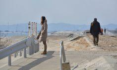 東日本大震災から3年を迎えた日、津波の犠牲者に祈りをささげるために宮城県仙台市若林区荒浜地区を訪れた人々(2014年3月11日撮影)。(c)AFP/KAZUHIRO NOGI ▼11Mar2014AFP|【写真特集】今も残る爪あと、東日本大震災から3年 http://www.afpbb.com/articles/-/3010140 #Tohoku2011