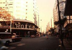 Av. N. S. Copacabana, em Copacabana - 1971 Na foto, vemos o Cinema Roxy na esquina da Av. Copacabana com Rua Bolivar, na época do Cinerama