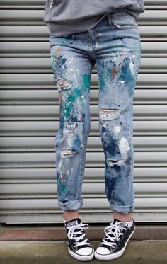 How To Splatter Paint Jeans – Diy Thrift Store Crafts Painted Denim Jacket, Painted Jeans, Painted Clothes, Hand Painted, Paint For Clothes, Denim Paint, Paint Splatter Jeans, Painted Shorts, Diy Clothing