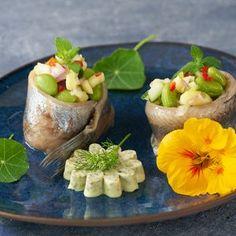 Zalmrolletje met komkommer en Cavi-Art - Dishcover Salade Caprese, Udon Noodles, Guacamole, Baked Potato, Edamame, Panna Cotta, Seafood, Appetizers, Potatoes