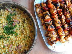 """Espetadas de frango com """"arroz"""" de couve-flor - http://gostinhos.com/espetadas-de-frango-com-arroz-de-couve-flor/"""