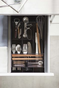 This cutlery tray expands vertically to accommodate different sized drawers. Includes a nested tray for smaller items that slides along the top, giving easy access to the utensils below. Kitchen Cupboard Doors, Kitchen Drawers, Desk With Drawers, Utensil Drawer Organization, Kitchen Organization, Organization Hacks, Organizing Tips, Silverware Storage, Cutlery