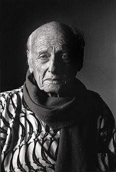 Pierre Verger, em sua casa, em Salvador, no dia do seu aniversário de 93 anos.