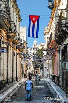 Las calles de La Habana Vieja #Cuba  FOTO: Roberto Suárez - Photography