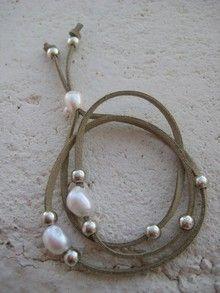 Pulsera cuerda beis con perlas