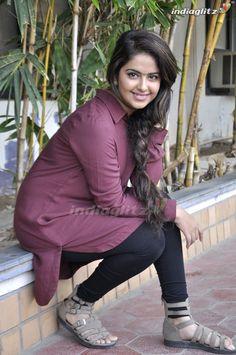 Indian Bollywood Actress, Bollywood Fashion, Sarees For Girls, Indian Designer Suits, Photoshoot Pics, Hindi Actress, Leggings Style, Tight Leggings, Cute Girl Photo