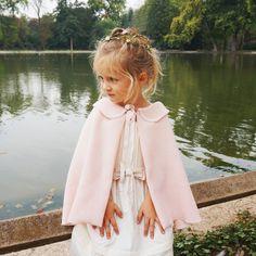 Une mini-cape : l'accessoire indispensable des cortèges d'hiver #enfant #d'honneur