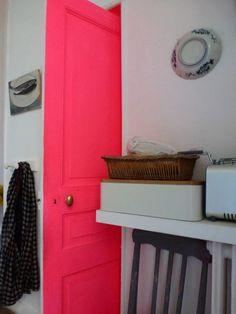 neon pink door devrait être superbe sur une chambre dans les tons blancs et gris...