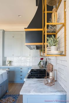 Gray cabinets what color backsplash grey kitchen with blue white marble gold open shelves black vent Shaker Style Kitchen Cabinets, Kitchen Vent, Shaker Style Kitchens, Kitchen Cabinet Styles, Open Kitchen, Kitchen Shelves, Kitchen Rack, Condo Kitchen, Wall Shelves
