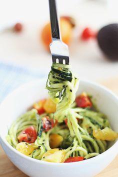 Zoodles mit Avocadocreme und Tomaten 1 mittelgroße Zucchini 1 Avocado Basilikum 2 El Olivenöl 1 Prise Salz 2 Knoblauchzehen 5-6 Cherrytomaten optional: Sesam