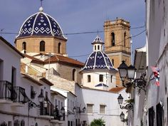 ALTEA. Este municipio costero situado en la provincia de Alicante, es considerado uno de los pueblos más bonitos de España. Altea la Attaláya de los Árabes es como su antiguo nombre indica un bello mirador sobre el Mar Mediterráneo.