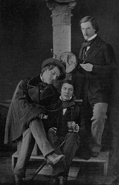 Daguerrotipo de Edgar Allan Poe con sus amigos Miles George y Thomas Goode Tucker a mediados de la década de 1840: «Tengo gran fe en los tontos; mis amigos lo llamarán autoconfianza». http://www.veniracuento.com/