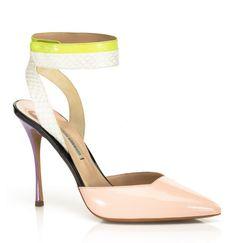 Colectia de Pantofi 2013 Nicholas Kirkwood este inspirata din anii '60, cu tocuri arhitecturale indraznete si o linie cromatica deosebita.