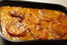 Chutné, šťavnaté plátky pečeného bravčového mäsa s výborným výpekom. Aby nebolo bravčové pliecko po upečení suché, použíte tento spôsob prípravy. Samozrejme sa dá takto upiecť aj krkovička, alebo bôčik. Korenie na obaľovanie do múčnej zmesi môžete použiť aké máte radi. Celkom stačí paprika a mleté čierne korenie. Kto má rád zmes grilovacieho korenia, tiež sa dá.