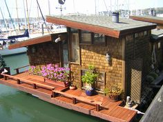 TWELVE Terrific (and Tiny) Houseboats and Shantyboats- A photo gallery Cabana, Trailer Casa, Houseboat Living, Houseboat Ideas, Floating House, Tiny House Movement, Relax, Little Houses, Small Houses