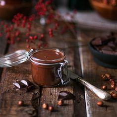 Pähkinä-suklaalevite, eli itse tehty nutella, sopii loistavasti esimerkiksi paahtoleivän päälle, tosin se maistuu hyvältä myös ihan sellaisenaan… Söpössä purkissa on myös aika makea lahja. Chocolate Fondue, Nutella, Baking, Sweet Ideas, Desserts, Syrup, September, Food, Gift