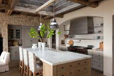 Une cuisine séparée et spacieuse offrant la possibilité de prendre des repas quotidiens conviviaux