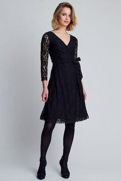 cf9de71a2859e2 Deze little black dress van DryLake is gemaakt van zwart kant. Het jurkje  heeft lange