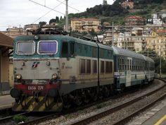 Diese E656 braucht sicherlich eine neue Lackierung... Die sogenannten XMPR-Farben (mit weißen, grünen und blauen Farbtönen) sind nicht sehr beliebt bei den italienischen Eisenbahnfreunde. (E656 274 - EXP 14053 - Imperia Oneglia - 20.05.2014)