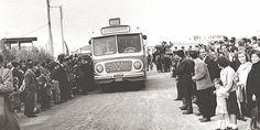 Οι κάτοικοι του Χαϊδαρίου υποδέχονται την πρώτη γραμμή λεωφορείου που τους ενώνει με το κέντρο της Αθήνας στα μισά του περασμένου αιώνα Greece Pictures, Old Pictures, Old Photos, Vintage Photos, Good Old Times, History Of Photography, Corfu, Athens Greece, Yesterday And Today