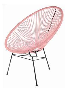 Endlich wieder da...schöner Loungestuhl im Retro Design erhältlich in vielen frischen Farben. Der süße Stuhl ist für drinnen und draußen (vor zu starker Witterung allerdings schützen) geeignet und fast schon ein Garant für einen gelungenen Abend. Der feine Sessel passt zu vielen unterschiedlichen Wohnstilen und ist ein feines Wohnaccessoire für eine entspannte und lockere Atmosphäre.