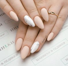 Prized by women to hide a mania or to add a touch of femininity, false nails can be dangerous if you use them incorrectly. Types of false nails Three types are mainly used. Stylish Nails, Trendy Nails, Cute Nails, Simple Acrylic Nails, Best Acrylic Nails, Acrylic Nails Almond Matte, Beige Nails, Pink Nails, Hair And Nails
