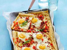 Pekonia ja kananmunaa sisältävä mehevä aamiaispiirakka syntyy helposti valmiista lehtitaikinasta ja maistuu vaikkapa brunssilla. Viimeistele pekonipiirakka...