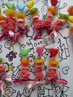 Snoep traktatie spiesje/ Candy Kebobs. Saté prikker en snoep, maakt het af met een strikje ❤️