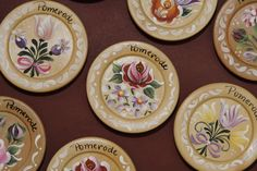 Resultado de imagem para nani atelier em pomerode One Stroke Painting, Tole Painting, Diy And Crafts, Arts And Crafts, Illustrations And Posters, Folk Art, Decorative Plates, Paint Flowers, Professor