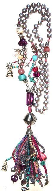 gris, largo. Este collar es de una colección que he creado con mucho cariño, su precio es debido al gran trabajo que tiene y la calidad de los materiales.  Esta realizado en hilo de algodón, rocalla, zamak, cristal, resina,piedras semi preciosas, perlas grises, etc. Medida collar: 90 cm + Medida colgante: 20 cm