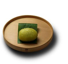 Sasagoromo (Bamboo leaf clothes) - Thanks to their antiseptic effects, the bamboo leaves have played an important role in the lives of Japanese people for centuries.This simple wagashi uses a bamboo leaf as a very traditionnal packing material for food, remind us of the old days. [personnal translation]