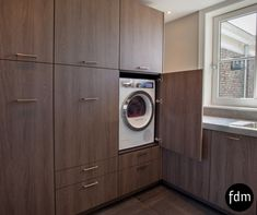Geheel op maat gemaakte bijkeuken / was- opbergruimte voor uw wasmachine, droger, diepvries, poetsmiddelen, schoenen etc. De Mulder Keukens op Maat.