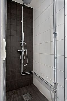 Tiles and exposed plumbing: Stora bilder