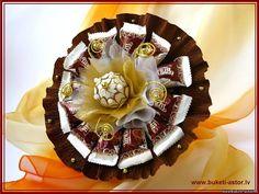 www.buketi-astor.lv photo moi_bukety sladkie_bukety_dlja_muzhchin 16-16 Ferrero Rocher Bouquet, Candy Boutique, Candy Crafts, Chocolate Bouquet, Crepe Paper, Gift Packaging, Making Ideas, Bouquets, Diy And Crafts