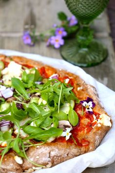Healthy Pizza - THE POWER LOFT / Claudia Van Avermaet Healthy Pizza, Healthy Cooking, Veggie Recipes, Veggie Food, Salmon Burgers, Lunches, Vegetable Pizza, Nom Nom, Food And Drink