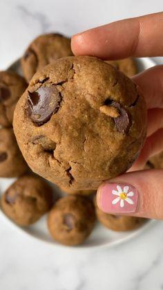 Fun Baking Recipes, Cookie Recipes, Vegan Recipes, Snack Recipes, Vegan Chocolate Chip Cookies, Peanut Butter Cookies, Mini Desserts, Healthy Desserts, Healthy Food
