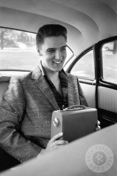 Elvis Presley photographed by Alfred Wertheimer, 1956 in a taxi in Richmond, VA Lisa Marie Presley, Priscilla Presley, Rock And Roll, Young Elvis, Star Wars, Elvis Presley Photos, Chuck Berry, Great Smiles, Memphis Tennessee